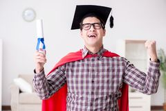 Il cappuccio d'uso di laurea del bordo del mortaio dello studente dell'eroe eccellente Immagine Stock Libera da Diritti