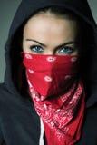 Il cappuccio della ragazza e la sciarpa rossa hanno coperto il fronte Immagini Stock