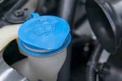il cappuccio liquido in motore di automobile fotografia stock