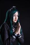 Il carattere cosplay del anime della ragazza prega nello scuro Fotografie Stock Libere da Diritti