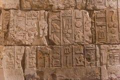 Il carattere del geroglifico egiziano sulla pietra immagini stock