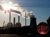 Il carbone e la centrale atomica con un traffico il fanale di arresto Fotografie Stock Libere da Diritti