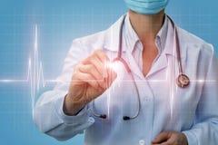 Il cardiologo di medico diagnostica il cuore del diagramma fotografia stock