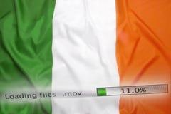 Il caricamento di programmi oggetto archiva su un computer, bandiera dell'Irlanda fotografia stock