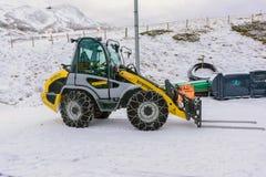 Il caricatore della neve richiede una catena sulla ruota Fotografia Stock