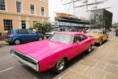 Il caricatore rosa ha parcheggiato sulle vie di Greenwich, Londra Fotografie Stock Libere da Diritti