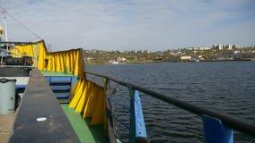 Il carico cranes il ponte di scialuppa del mare della baia una piccola città dell'acqua stock footage