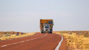 Il carico di grande misura del camion porta il carico surdimensionato fotografia stock libera da diritti