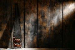 Il legno antico del carpentiere ha veduto nel vecchio negozio di carpenteria fotografia stock