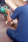 Il carpentiere con ha veduto Fotografie Stock