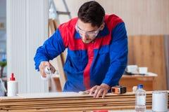 Il carpentiere del riparatore del yooung che lavora con la pittura della pittura Immagini Stock