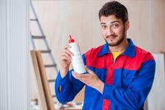 Il carpentiere del riparatore del yooung che lavora con la pittura della pittura Fotografia Stock Libera da Diritti