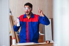 Il carpentiere del riparatore del yooung che lavora con la pittura della pittura Immagini Stock Libere da Diritti