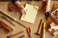 Il carpentiere differente foggia la menzogne sullo scrittorio di legno foto alta vicina della cima Immagini Stock Libere da Diritti