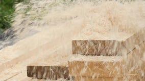 Il carpentiere maschio controlla la qualità dei bordi Uomo che lavora ad una piallatrice di legno Movimento lento video d archivio