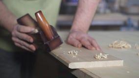 Il carpentiere maschio lavora come aereo nell'officina video d archivio