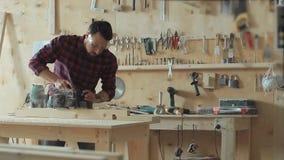 Il carpentiere spiana il legno un electroplane stock footage