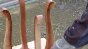 Il carpentiere sta coprendo le feci dalla lacca archivi video