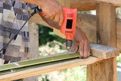 Il carpentiere sta perforando il bambù Fotografia Stock Libera da Diritti
