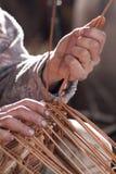 Il carpentiere tesse il rattan Fotografia Stock