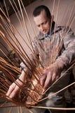 Il carpentiere tesse il rattan Fotografia Stock Libera da Diritti