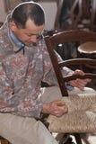 Il carpentiere tesse la paglia Immagini Stock