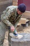 Il carpentiere tratta il dettaglio di legno della smerigliatrice immagine stock libera da diritti