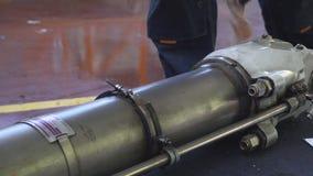 Il carrello di atterraggio anteriore del aircraftÑŽ 4k stock footage
