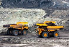 Il carrello di miniera scarica il carbone Fotografie Stock Libere da Diritti