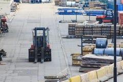 Il carrello elevatore funziona in un magazzino aperto nel porto marittimo fotografia stock