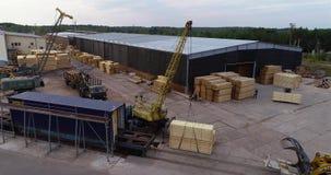 Il carrello elevatore porta un fascio di legno, trasporto di carico nella fabbrica Processo del lavoro in uno stabilimento per la archivi video