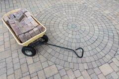 Il carrello ha riempito di pavimentazione dei mattoni su un patio fotografia stock libera da diritti