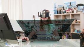 Il carrello ha sparato di una ragazza nella sua stanza che impara tramite la cuffia avricolare di realtà virtuale stock footage