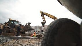 Il carrello lento ha sparato il breakstone dello scarico del bulldozer in fossa al cantiere archivi video