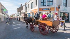 Il carretto antico ha tirato da un cavallo nelle vie della città Fotografia Stock Libera da Diritti