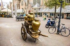 Il carretto con latte tamburella per produrre il formaggio, dai Paesi Bassi fotografia stock libera da diritti