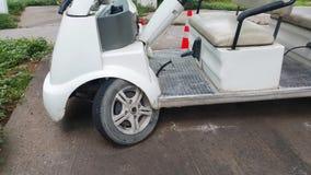 Il carretto del goft di Elelctrical, ruota ha danneggiato il parcheggio fotografia stock