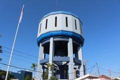 Il carro armato di cemento armato della torre di acqua sotto cielo blu e la nuvola bianca per il rifornimento idrico Immagini Stock