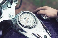Il carro armato di gas di Stoke del driver di motociclo immagine stock