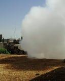 Il carro armato Merkava sta facendo la cortina di fumo per difendere fotografia stock