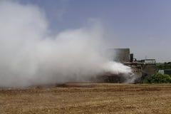 Il carro armato Merkava sta facendo la cortina di fumo per difendere fotografia stock libera da diritti