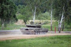 Il carro armato militare russo t-90 sulla terra nel combattimento condiziona Fotografia Stock Libera da Diritti