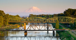 Il carro getta un ponte sul fiume Mt di Puyallup Rainier Washington Fotografia Stock