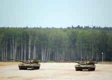 Il carroarmato russo T-80 sulla terra nel combattimento condiziona Immagini Stock