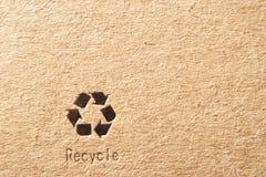 Il cartone con ricicla il simbolo Fotografie Stock