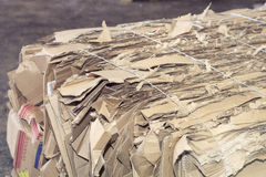 Il cartone e la plastica hanno imballato e aspettano per riciclare Fotografia Stock