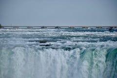 Il cascate del Niagara assordante e tonificante Fotografie Stock Libere da Diritti