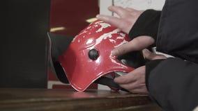 Il casco del vigile del fuoco sulla Tabella video d archivio