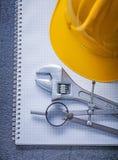 Il casco della costruzione del taccuino fa il giro del constructio della chiave inglese Fotografia Stock Libera da Diritti