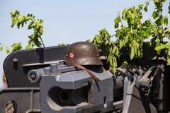 Il casco nazista si trova sulla sparatoria durante la rievocazione storica di WWII Fotografia Stock